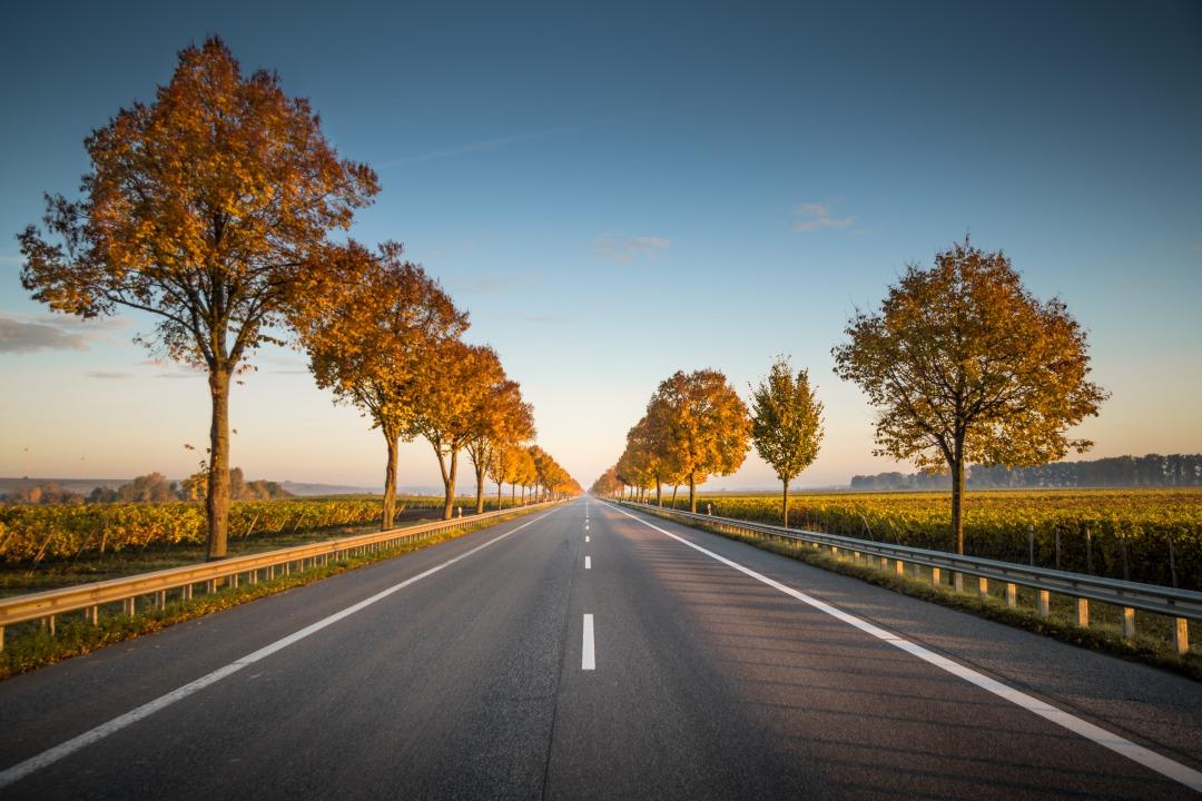 まっすぐ続く道路