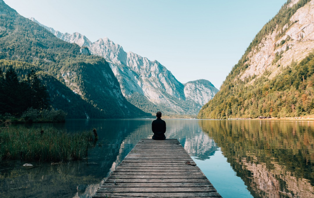 湖畔で先を見つめる人