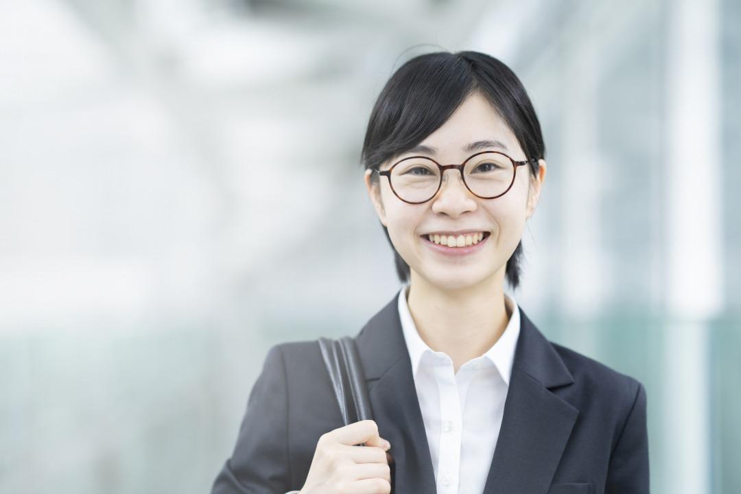 就活をする20代女性